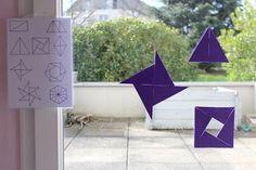Il y a quelques temps, je me suis inspirée des triangles constructeurs bleus de Maria Montessoriafin de créerun jeu de géométrie pour Poupette. Ces triangles lui permettentd'expérimenter la géométrie en deux dimensions et de découvrir les principes de symétrie. Le côté créatif lui plait également beaucoup. Poupette aime jouer avec les formes, les explorer et les assembler pour en construirede nouvelles. Ellea d'ailleurs vite compris que deux triangles rectangles assemblés par le plus…