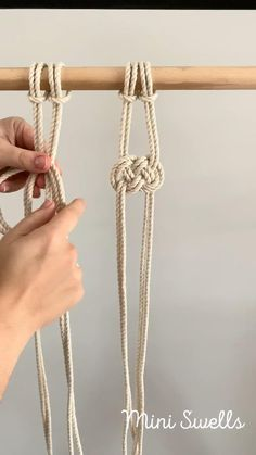 A fun knot to add to any macrame project. For more inspiration or fiber art supplies check out our shop. #macrame #macrameknots #macramepattern #advancedknots #macrameprojects #learnmacrame #macrameforbeginners #diymacrame #diymacramewallhanging #macrametutorial #macramewallart #macramewallhanging #ropeknots #knots #miniswells #macrameplanthanger #yarncrafts #macrametutorial Macrame Plant Hanger Patterns, Macrame Wall Hanging Patterns, Free Macrame Patterns, Macrame Design, Macrame Art, Rope Crafts, Feather Crafts, Diy Bracelets Easy, Macrame Curtain