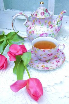 Lovely day for a afternoon tea party! Chocolate Caliente, Cuppa Tea, Pink Tulips, Tulips Flowers, Pink Roses, Teapots And Cups, Tea Service, My Cup Of Tea, Chocolate Pots