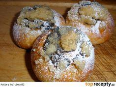 Moravské koláčky400 g polohrubé mouky 70 g hladké mouky 125 g cukr krupice 1 lžička krupicového cukru 42 g droždí 250 ml mléka 150 g másla 4 žloutky povidla drobenka cukr krupice máslo polohrubá mouka