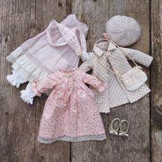 Доброе утро, друзья! У меня неделя пошива одёжек) самое любимое во всем процессе) А у вас? Куколку, которой принадлежит этот гардероб, покажу, как только она доберется до хозяйки) #моикуклы #текстиль #текстильнаякукла #авторскаякукла #малышка #одежда #бохо Blythe Dolls, Girl Dolls, Baby Dolls, Doll Dress Patterns, Clothing Patterns, Moda Barbie, American Girl Outfits, Doll Wardrobe, Baby Doll Clothes
