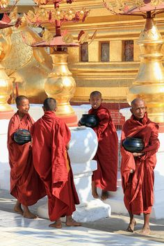 Apprentice Monks - Shwezigon Pagoda - Bagan, Myanmar