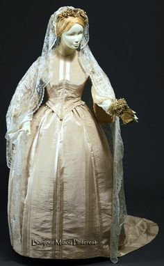 Wedding dress, 1860. Cream-colored silk moiré satin trimmed with cream silk satin ribbon. Museu Nacional do Traje e da Moda, Lisbon