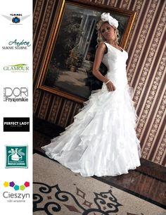 suknia ślubna falbany, koronkowy gorset, dekolt ameryański, princessa, szelki.