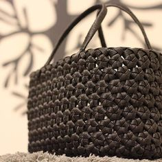 漆黒の花結びカゴ♡ . やっぱり普通の黒よりいいな〜d(・∀<) 自分のも同じ色で作ろ〜♪ . . #オーダー#漆黒#brack#ぼて〜っとした感じ#オーダー品 #花結びカゴ#花結び#クラフトバンド #紙バンド #カゴバッグ#craft#ecocraft #basket #ハンドメイドカゴ #handmade #handmadbasket#handmadebag#カゴ#カゴバッグ#basket#basketbag ----------♡♡♡♡------ 花結びの編み方をyoutubeにアップしています。 I uploaded how to make hanamusubibaskets in youtube