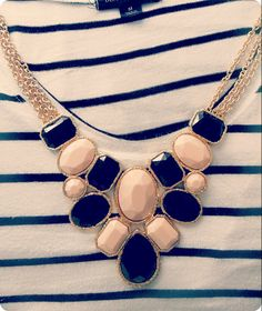 Collar beige con negro y con detalles color dorado. Vi.CaFashion Room