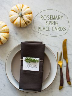 These Rosemary Sprig Place Cards are so perfect for Thanksgiving. A really easy and super quick DIY! Thanksgiving Place Cards, Thanksgiving Projects, Thanksgiving 2016, Thanksgiving Celebration, Fall Projects, Harvest Decorations, Thanksgiving Decorations, Diy Place Cards, Cards Diy