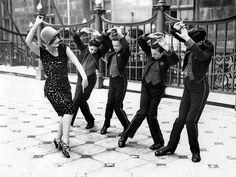 Американка учит английских мальчиков танцевать чарльстон. Великобритании, 1925