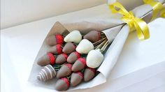Chocolate Strawberries, Chocolate Covered Strawberries, Hot Chocolate Gifts, Valentines Day Chocolates, How To Wrap Flowers, Handmade Chocolates, Edible Arrangements, Food Goals, Family Gifts