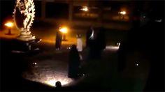 El mayor laboratorio de física de partículas, el CERN europeo busca a los autores de una misa negra que fue grabada en vídeo y difundida por internet. Aprovechando la estatua de Shiva, un monumento hindú de agradecimiento a la institución, varios encapuchados con túnicas negras realizaron un siniestro https://es-us.noticias.yahoo.com/buscan-a-los-autores-de-una-misa-negra-con-195737182.html