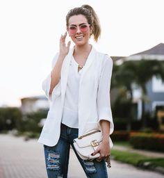 É hora de atualizar o clássico combo white jeans! Que tal a proposta da nossa Fhits fashionista @reuchoam de João Pessoa com maxi óculos colorido @oculosversatgoldpremium? Os modelos com transparência terão lugar de destaque durante toda a temporada. Invista! #FhitsTeam #FhitsTips #FhitsTrendAlert #Sunglasses