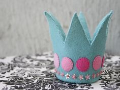 Felt crown. Apparently double felt. Maybe has a lightweight cardboard form between 2 layers of felt.
