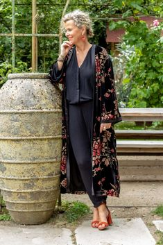 Feb 2020 - 99 Perfect Kimono Outfits Ideas For 2019 Japanese Kimono Dress, Kimono Style Dress, Kimono Fashion, Work Fashion, Black Kimono Outfit, Tokyo Fashion, Kimono Top, Mode Outfits, Fall Outfits