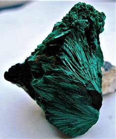 Malachite Natural Crystals, Stones And Crystals, Natural Gemstones, Minerals And Gemstones, Rocks And Minerals, Azurite Malachite, Grain Of Sand, Rock Collection, Science