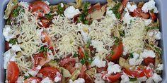 Der kommes revet ost på kyllingen, og så er det klar til at komme i ovnen. Dinner Is Served, Frisk, Caprese Salad, Food And Drink, Turkey, Chicken, Italy, Inspiration, Biblical Inspiration