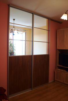 Szklane drzwi przesuwne to rozwiązanie, które cieszy się niezwykle dużą popularnością. Nie tylko dlatego, że prezentuje się efektownie, ale przede wszystkim spełnia praktyczne funkcje – w tym dzielenie i łączenie powierzchni mieszkalnych i biurowych. Zapraszamy do naszych salonów CDP meble na wymiar.
