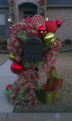 LOVE IT! decrotive christmas mailbox decrations | mailbox decor | HOLIDAY IDEAS