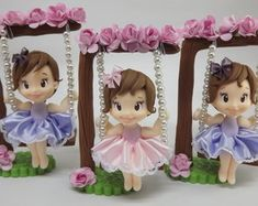 aplique-tema-jardim-lembranca-tema-jardim Polymer Clay Figures, Polymer Clay Dolls, Polymer Clay Miniatures, Polymer Clay Creations, Clay Projects, Clay Crafts, Felt Crafts, Diy And Crafts, Paper Crafts