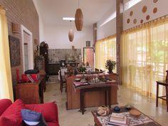 Visão geral da Sala integrada com a cozinha da casa Ecológica Águas Finas.