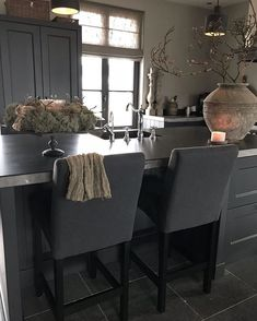 Pin Van Sonja Boers Op Kitchen/keuken - Kitchen, Kitchen images ideas from Home Inteior Ideas Kitchen Interior, Kitchen Decor, Küchen Design, Interior Design, Grey Kitchen Designs, Kitchen Images, Dining Table In Kitchen, Scandinavian Home, Interior Inspiration