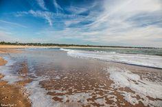 L'écume translucide d'une belle vague sur le sable