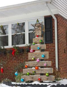 Sapin de Noël pour l'extérieur, en palette de bois  http://www.homelisty.com/15-sapins-de-noel-originaux-en-palette-photos/