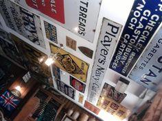 As placas subiram as paredes neste pub