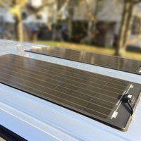 Die von uns verwendeten Solaranlagen sind so flach, dass man sie von außen nicht weiter bemerkt. Auch können Sie damit ohne Probleme durch eine Waschanlage fahren, ohne die Paneele zu beschädigen.
