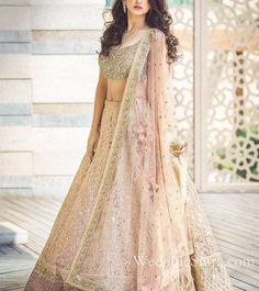 Indian wedding dresses are very beautiful. Usual indian bridal dresses made of chiffon or silk and adorned with elaborate embroidery, red or gold color. Indian Bridal Outfits, Indian Bridal Lehenga, Indian Bridal Wear, Bridal Dresses, Shaadi Lehenga, Net Lehenga, Latest Wedding Dresses Indian, Indian Wedding Clothes, Heavy Lehenga