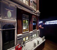 In 'Het Grachtenhuis' wordt het verhaal verteld van de Amsterdamse grachtengordel. Een verhaal dat illustreert waarom de grachtengordel zo uniek is, en waarom het na 400 jaar nog steeds springlevend is. Hoewel de grachtengordel met 3 miljoen bezoekers per jaar de belangrijkste toeristische attractie van Nederland, was dit verhaal tot nu toe nog nergens eenduidigmeer ...