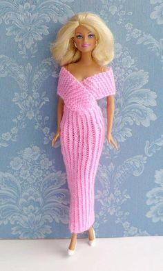 """Schnell gestricktes elegantes Abendkleid mit Strickanleitung von """"Ina strickt"""" Knitting ProjectsKnitting For KidsCrochet ProjectsCrochet Bag Barbie Clothes Patterns, Crochet Barbie Clothes, Girl Doll Clothes, Clothing Patterns, Barbie Knitting Patterns, Knitting Dolls Clothes, Barbie Gowns, Barbie Dress, Barbie Shoes"""
