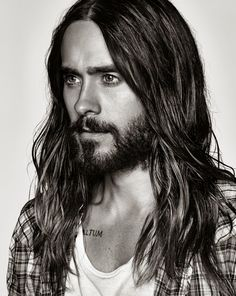 Voici 20 hommes sexy aux cheveux longs qui vont vous donner des sueurs…