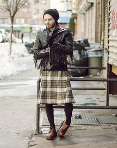 Gone were the days when men's least priority is to look good. Mens sweaters provide every men the luxury and opportunity to look great and be fashionable in t Guys In Skirts, Cute Skirts, Hipster Grunge, Unisex Fashion, Mens Fashion, Bold Fashion, Street Style Vintage, Men Wearing Skirts, Mode Alternative
