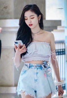 Korean Girl Fashion, Ulzzang Fashion, Yuehua Entertainment, Starship Entertainment, Xuan Yi, Airport Style, Airport Fashion, Cosmic Girls, High Waisted Skirt