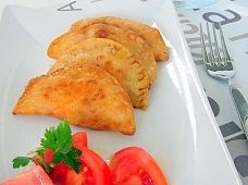 Tuna pasty | tuna turnover - Commonly known as 'empanadillas', this pasty recipe is a well-known tapas recipe of the Spanish food. Easy and yummy stuffed puff pastry recipe with tuna, tomato sauce and hard-boiled eggs.