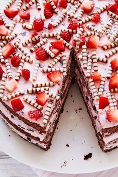 Diese Erdbeer-Stracciatella-Torte mit leckeren Schokoröllchen ist ganz einfach … This strawberry stracciatella cake with delicious chocolate rolls is very easy to bake and is guaranteed to be good. Baking Recipes, Cake Recipes, Dessert Recipes, Chocolate Roll, Chocolate Chip Cookies, Cake Chocolate, Red Wine Gravy, Delicious Chocolate, Savoury Cake