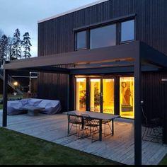 Ny flott pergola med foldetak levert til en fornøyd kunde i Oslo. Passer pent i stilen til huset, og er klar til å senere kunne glasses inn dersom ønskelig. #hus #hjem #funkis #funkishus #hage #hageinspirasjon #hageglede #utedesign #home #garden #uteplassen #pergola #lamelltak #glass #nordiskehjem #bobedre #bologpluss #design #arkitekt #arkittecture #norge #nordiskdesign #interiør #interior #design #house #modern