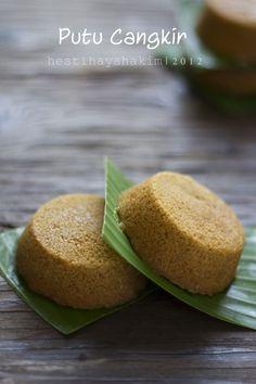Sudah lama penasaran pengen bikin kue ini tapi selalu terkendala alat. Bahannya hanya ada di Makassar dan di toko khusus. C... Indonesian Desserts, Indonesian Cuisine, Indonesian Recipes, Bolu Cake, A Food, Food And Drink, Asian Cake, Steamed Cake, Traditional Cakes