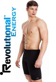 Męskie szorty pływackie z długą nogawką wykonane z wysoce elastycznej i odpornej na chlor dzianiny Revolutional Energy, której właściwości usprawniają pracę mięśni. Dzięki swojej budowie, jakości wykonania i użyciu tkaniny Revolutional Energy szorty te doskonale nadają się do regularnych treningów pływackich i pomogą zapewnić najwyższe osiągi w wodzie.