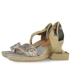 37c68b5549c Sandalias de cuña de 7cm en color beige con detalles de lentejuelas en plata  y talón