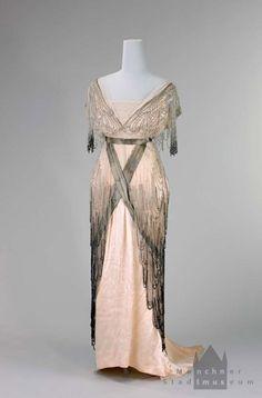 Belle Epoque Evening dress, Salon Schober, Munich, ca Vintage Outfits, Vintage Gowns, Vintage Mode, Belle Epoque, 1920 Style, 1900s Fashion, Edwardian Fashion, Ladies Fashion, Antique Clothing