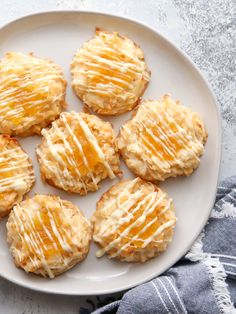 Pineapple Coconut Macaroons - Completely Delicious Your holiday cookie platter could use a little sunshine, don't you think? And these bright and cheery pineapple coconut macaroons are exactly what yo Macaroon Cookies, Coconut Cookies, Coconut Macaroons, Sugar Cookies, Cookies Et Biscuits, Chocolate Macaroons, Lemon Cookies, Yummy Cookies, Pineapple Cookies