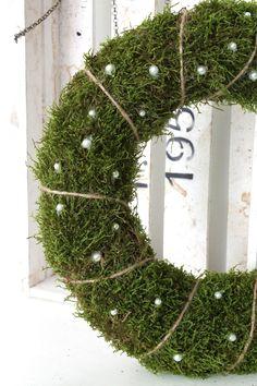 Haha, nu är jag lite sent ute med att visa upp denna. För det skulle egentligen vara min höstkrans till dörren. Men jag lagade den först i n... Hygge Christmas, Rustic Christmas, Christmas Wreaths, Easter Holidays, Xmas Decorations, Christmas Inspiration, Christmas And New Year, Grapevine Wreath, Flower Arrangements
