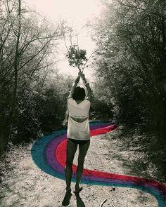 Alexandra Valenti - kunst fotograaf. Het lijkt alsof ze een pad moet volgen. Er zit een beweging in. Terwijl zij juist recht op staat. Maar haar houding geeft wel aan dat ze zo gaat rennen. Een grappige foto.