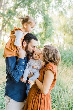 Hobby Horse Augen - - Hobby Para Mujeres - - Hobby That Make Money Videos Spring Family Pictures, Family Photos With Baby, Family Picture Poses, Family Picture Outfits, Family Photo Sessions, Family Posing, Family Portraits, Outdoor Family Photography, Outdoor Family Photos