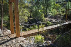 Sabe que o maior trilho pedestre do mundo passa pelo centro de Portugal? – YUPblog Garden Bridge, Outdoor Structures, Travel, Landscapes, Wooden Truck, Appalachian Trail, Rock Formations, Pedestrian, Amazing Places To Visit