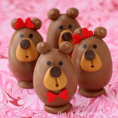 Buckeye Bears – Peanut Butter Fudge Filled Chocolate Teddy Bears make adorable Valentine's Day treats. Recipe and tutorial from HungryHapp. Chocolate Peanut Butter Cookies, Peanut Butter Fudge, Chocolate Fondant, Chocolate Bark, Chocolate Peanuts, Chocolate Gifts, Delicious Chocolate, Easter Candy, Easter Eggs
