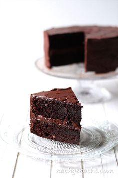 Wenn ich Schokoladen Kuchen höre, spitze ich sofort die Ohren. Eigentlich bin ich eher der herzhafte Typ und jeder anderer Kuchen lässt mich kalt, aber Schokolade kriegt mich jedes Mal. Wie auch de…