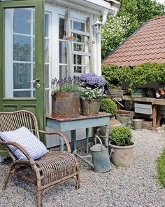 Buy Flowers Online Same Day Delivery Vibeke Design. Small Courtyard Gardens, Small Courtyards, Rustic Gardens, Back Gardens, Outdoor Gardens, Outdoor Greenhouse, Jardin Style Shabby Chic, Shabby Chic Garden, Vintage Garden Decor