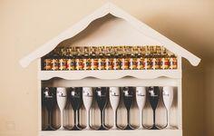 Cristaleiras com copos personalizados e cachaças como lembrança, um charme para qualquer festa. #festaboteco #aniversárioboteco #copospersonalizados #lembranças